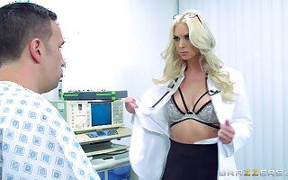 First epoch this female doctor gets laid with one be proper of her patients