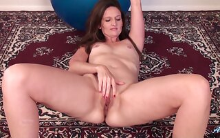 Solo mature Tiffany Owens moans for ages c in depth categorization her wet pussy
