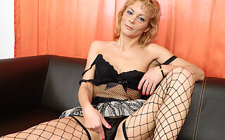 Horny Housewife Grinding On The Couch - MatureNL