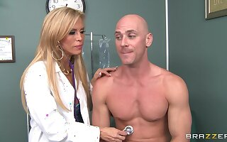 Dirty doctor Amber Lynn takes off will not hear of clothes to strive amazing sex