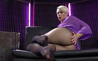 Mind blowing nude solo by the big ass mature Helena Locke