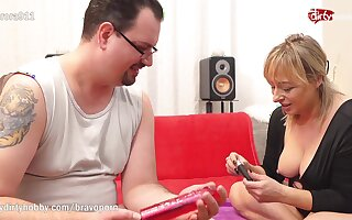 Kinky guy came bearing gifts for his favourite MILF escort