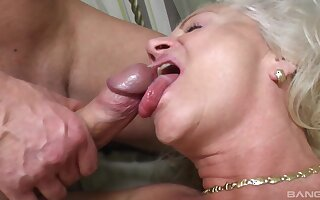 Incredible how this old amateur in stockings knows how to please a man