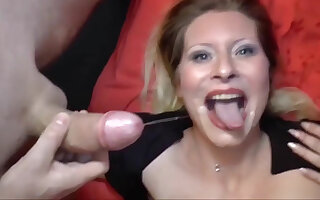Deutsch milf not far from a perfect body is ready nearly become a pornstar!