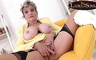 Gaffer blonde Lady Sonia wants to masturbate with you